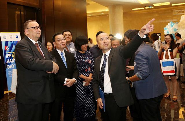 Bộ trưởng Chu Ngọc Anh nghe báo cáo về các kết quả hoạt động của IPP. Ảnh: Ngũ Hiệp