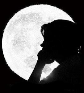 Cô bé mù dưới ánh trăng. (Ảnh minh họa qua Adriana.blog.fr)