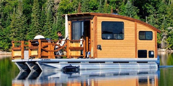 Trải nghiệm cảm giác sống tiện nghi như đất liền trên ngôi nhà thuyền chạy bằng điện Mặt Trời - Ảnh 1.