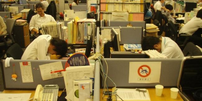 Ngũ gật nơi bàn làm việc là phổ biến tại Nhật Bản - Ảnh: Internet