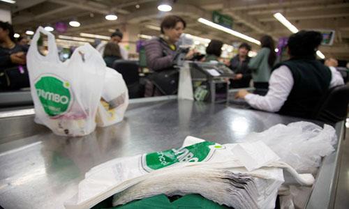 Túi nylon sẽ bị cấm hoàn toàn trong các hoạt động thương mại ở Chile. Ảnh: AFP.