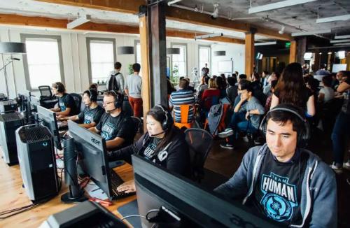 """OpenAI Five đã hai lần đánh bại con người trong game DOTA 2, một đội nghiệp dư và một đội """"bán chuyên""""."""
