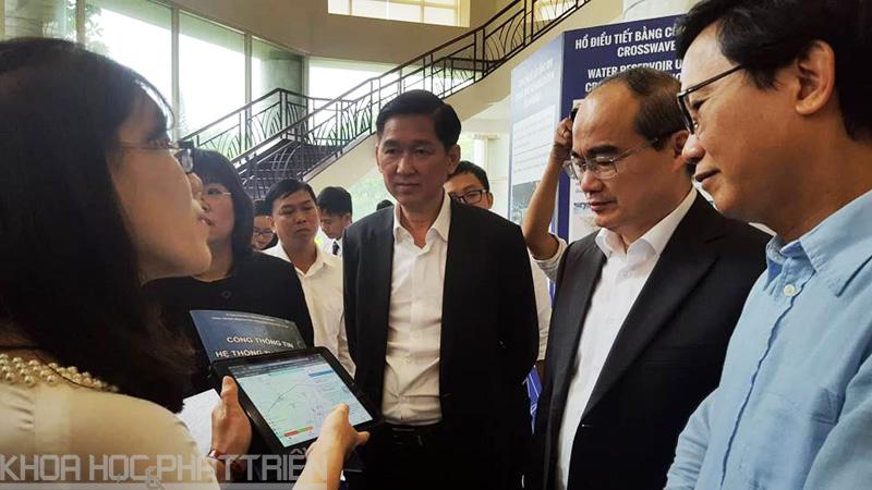 Bí thư Thành ủy Nguyễn Thiện Nhân và ông Trần Vĩnh Tuyến - Phó Chủ tịch UBND TPHCM tìm hiểu các giải pháp chống ngập và xử lý nước thải