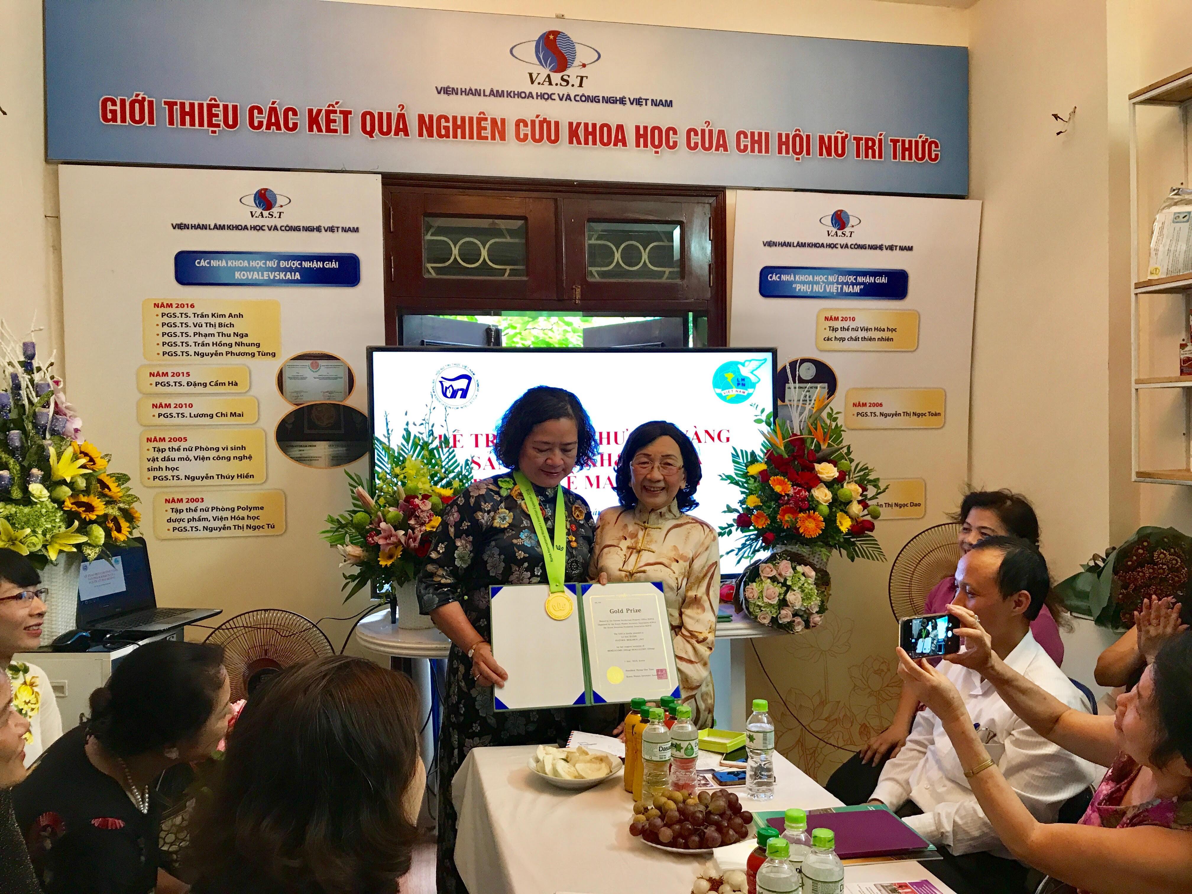 GS.TSKH Phạm Thị Trân Châu, Chủ tịch Hội nữ trí thức Việt Nam trao Huy chương vàng cho PGS.TS Lê Mai Hương