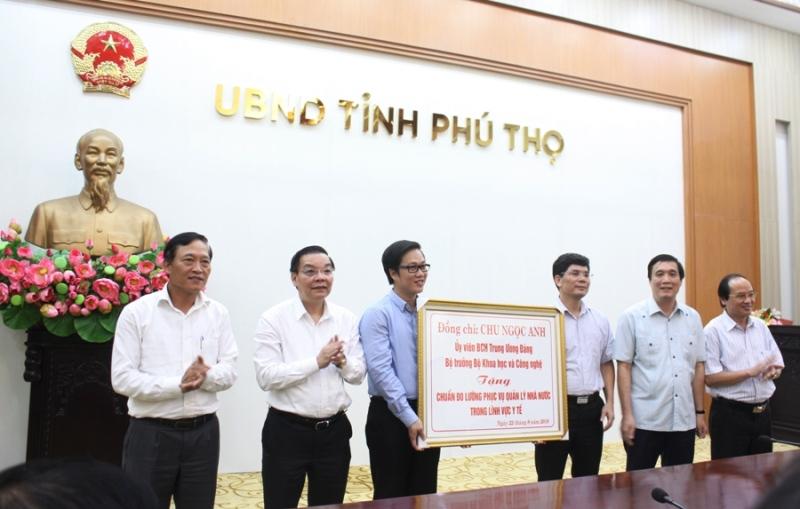 Lãnh đạo Bộ KH&CN trao tặng tỉnh Phú Thọ thiết bị chuẩn đo lường phục vụ quản lý nhà nước trong lĩnh vực y tế.