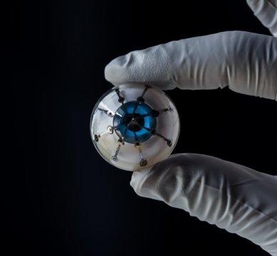 """Các nhà nghiên cứu thuộc ĐH Minesota đã in 3D tia cảm thụ hình ảnh trên một khung bán cầu, tạo ra nguyên mẫu """"con mắt điện tử"""" đầu tiên. Ảnh: Nhóm nghiên cứu McAlpine, Đại học Minnesota"""