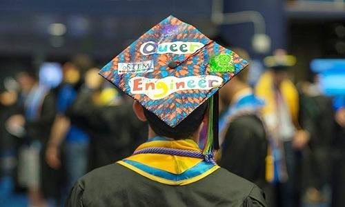 Một sinh viên kỹ thuật tại Đại học California đội chiếc mũ có khẩu hiệu kêu gọi không kỳ thị cộng đồng LGBQ. Ảnh: Glenn Beltz.