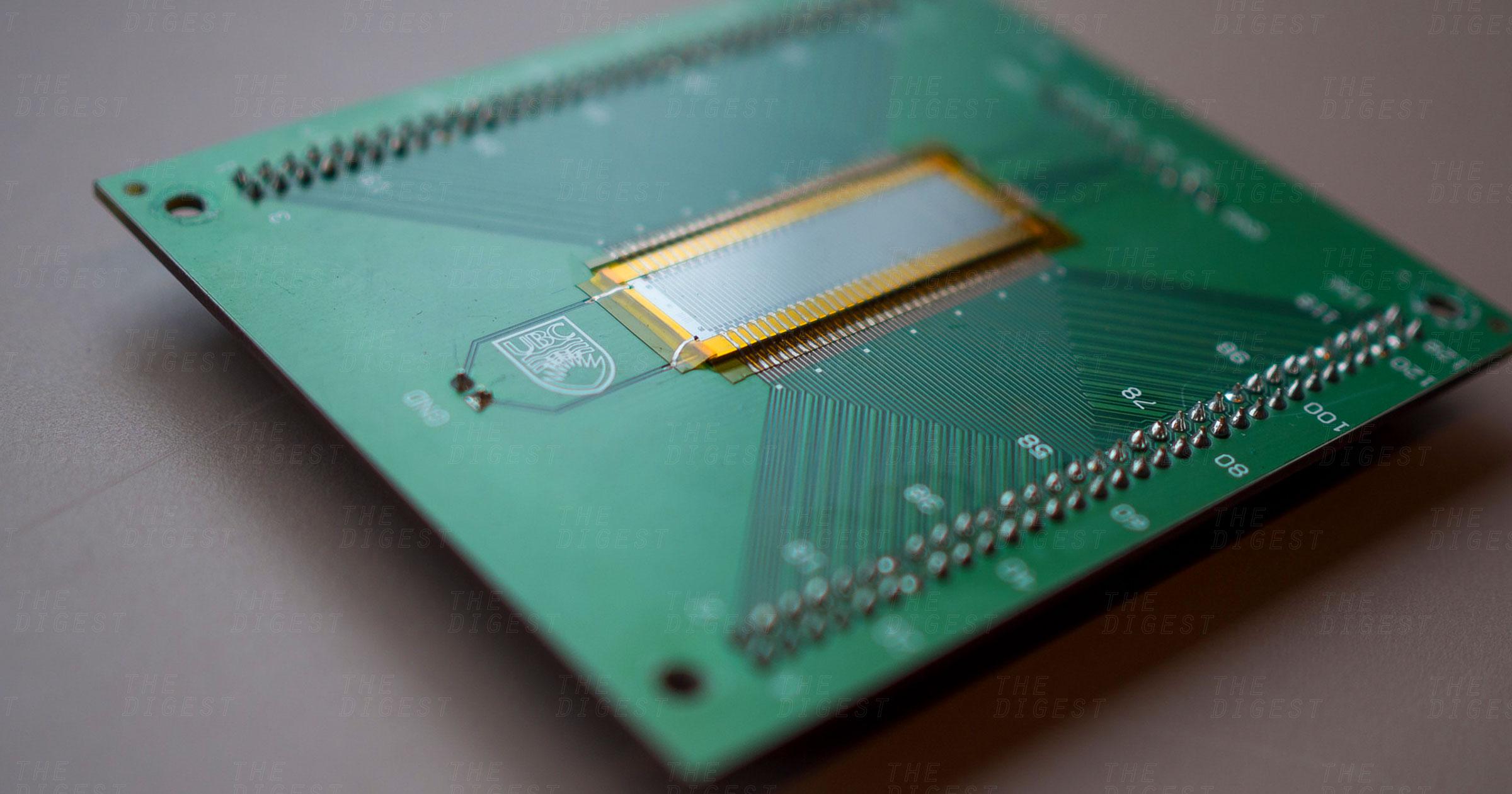 Thiết bị siêu âm vô cùng nhỏ gọn do các nhà nghiên cứu tại UBC chế tạo. Ảnh: Futurism.