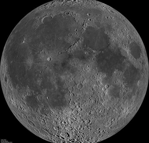 Hình ảnh tổng hợp bên trái mặt trăng chụp từ Tàu Do thám Mặt trăng vào tháng 6/2009, cho thấy các vùng tối trên bề mặt. Ảnh: NASA.