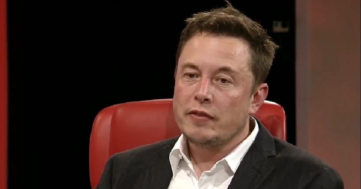 Vẻ mặt mệt mỏi và tiều tụy của Elon Musk vì tình hình không mấy khả quan tại Tesla. Ảnh: Mediaite.com