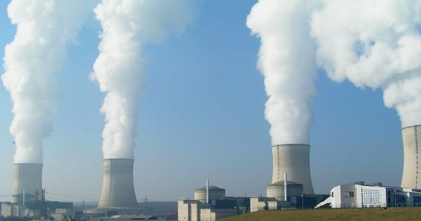 Điện hạt nhân thật ra an toàn hơn nhiều người vẫn nghĩ, tuy nhiên không phải là không có rủi ro, bên cạnh nhiều mặt hạn chế khác nữa. Ảnh: Futurism.