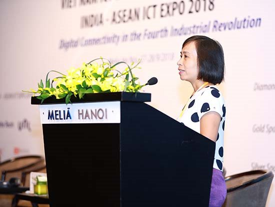 """Bà Nguyễn Thị Thu Thủy, Trưởng phòng Hợp tác – Quản lý tài nguyên, Trung tâm Internet Việt Nam tham luận về """"Vai trò của chuyển đổi IPv6 đối với dịch vụ mạng thế hệ mới và CMCN 4.0"""" tại hội nghị VIIF 2018."""