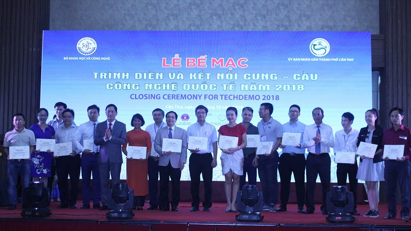 Thứ trưởng Trần Văn Tùng và Phó Chủ tịch UBND TP Cần Thơ Nguyễn Thanh Dũng trao Giấy chứng nhận cho các đơn vị tham gia sự kiện TechDemo 2018.