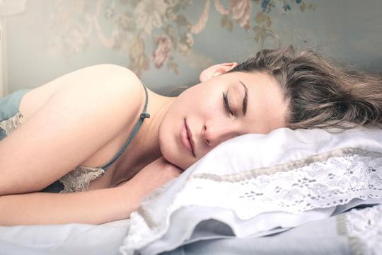 Giấc ngủ giúp cân bằng các hormone kiểm soát sự thèm ăn - ảnh minh họa