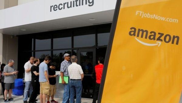 Ứng viên xin việc chờ phỏng vấn tại Amazon. Ảnh: Futurism.