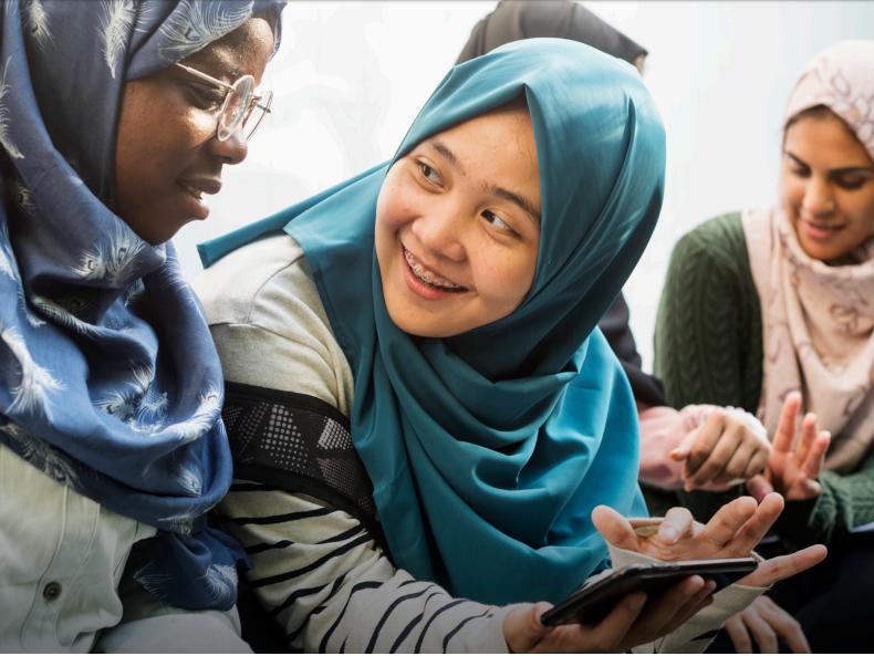 Các phụ nữ trẻ sử dụng điện thoại di động ở Indonesia