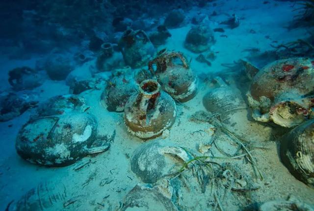 Nhiều cổ vật có niên đại lâu đời văng ra khỏi con tàu đắm.