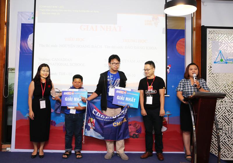 Ban tổ chức trao giải Nhất cho hai thí sinh