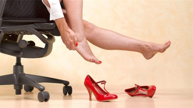 Giày cao gót và giày mũi nhọn có thể ảnh hưởng xấu tới ngón chân của bạn