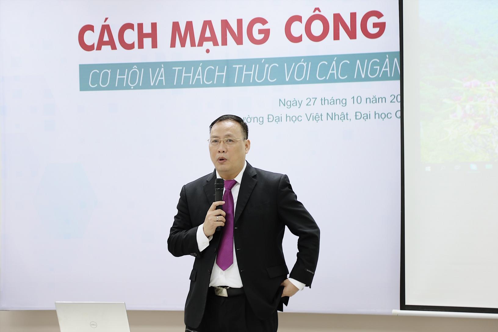 GS. TSKH. Nguyễn Đình Đức trình bày tham luận. Ảnh: VJU.