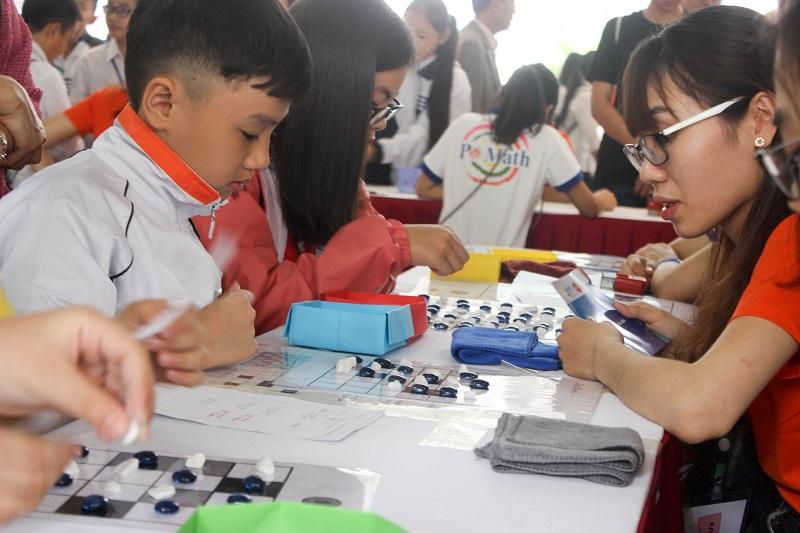 Rất nhiều học sinh chăm chú học chơi cờ ở gian hàng của Pomath