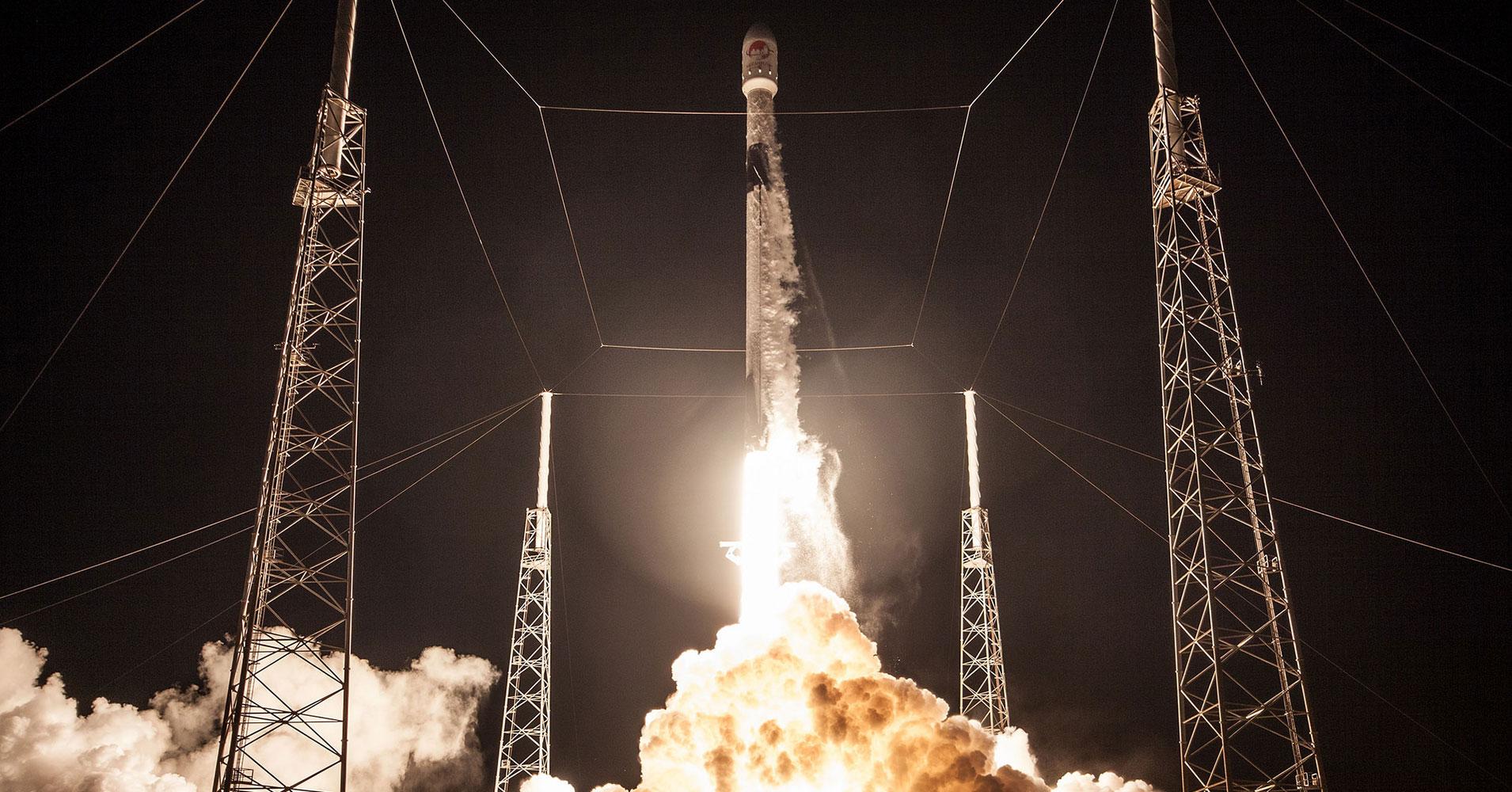 Tên lửa đẩy mạnh nhất thế giới Falcon 9 của Space X độc đáo ở khả năng có thể thu hồi và tái sử dụng lại. Ảnh: NASA.