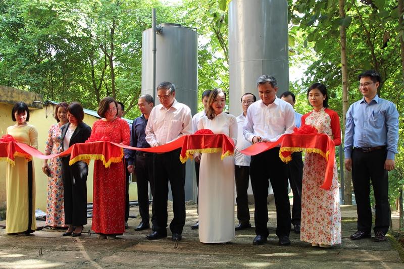 Lễ cắt băng khánh thành công trình nước sạch tặng trường THPT Mùn Chung. Phía sau các đại biểu là hệ thống xử lý nước lấy từ suối về. Ảnh: Phạm Thanh Đăng