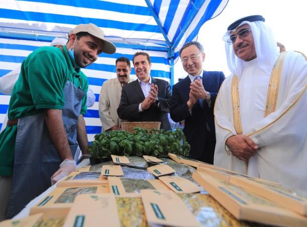 Chủ tịch KT Hwang Chang-gyu (thứ hai từ phải sang) và các quan chức hai nước chào mừng khai trương một trang trại thông minh ở Sharjah, UAE. (Nguồn: koreajoongangdaily.joins.com)