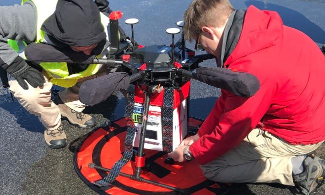 Các nhà nghiên cứu ở Đại học Maryland gắn thùng làm mát có chứa một quả thận để thực hiện chuyến bay thử nghiệm - Ảnh : Joseph Sealea
