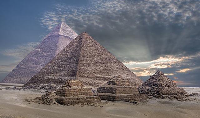 Nhiều nhà nghiên cứu đang tìm các bằng chứng cho thấy người Ai Cập cổ đại đã biết dùng điện và có thể dùng điện để xây các Kim tự tháp nổi tiếng.