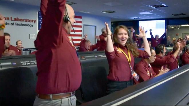 Các kỹ sư tại Trung tâm nghiên cứu động cơ đẩy phản lực (JPL) của NASA gần Los Angeles đã hò reo với những tiếng vỗ tay không ngừng khi họ nhận được tín hiệu xác nhận tàu InSight đã đáp xuống bề mặt sao Hỏa