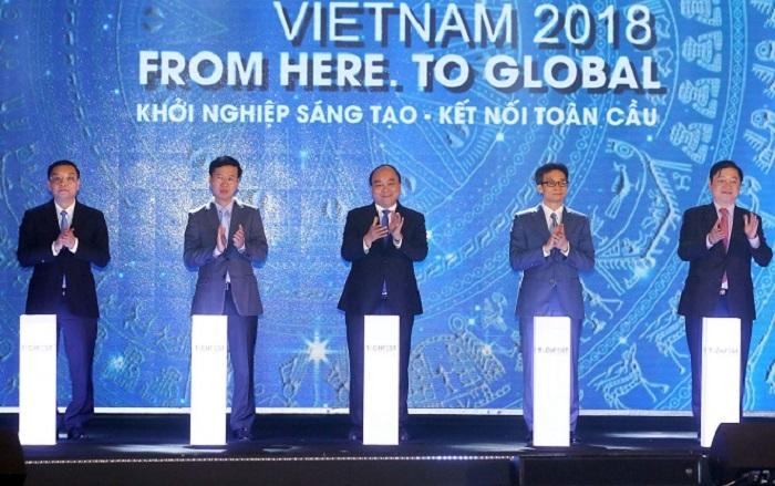 Thủ tướng Nguyễn Xuân Phúc cùng các đại biểu thực hiện nghi thức khai mạc Ngày hội khởi nghiệp đổi mới sáng tạo quốc gia Techfest 2018. Ảnh: TTTT