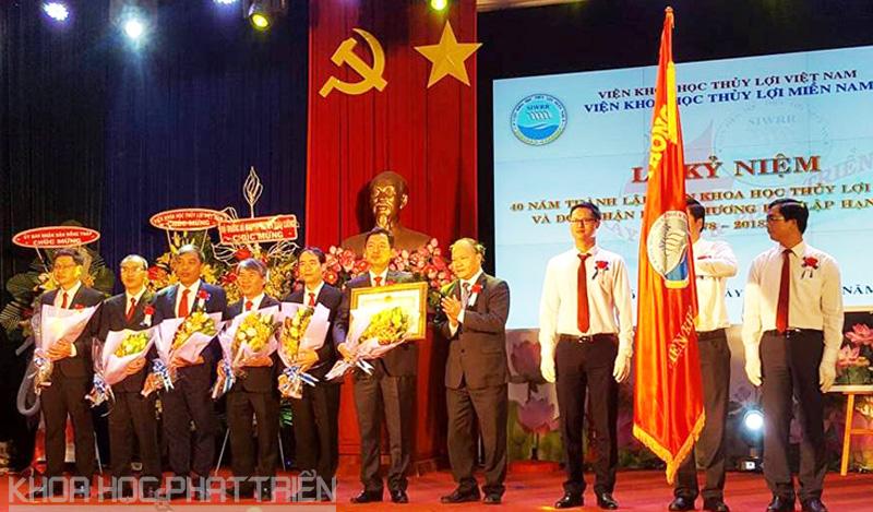 Viện Khoa học thủy lợi miền Nam đón nhận Huân chương lao động hạng Nhất