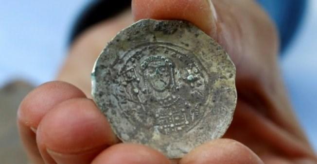Một đồng xu bằng vàng được tìm thấy. (Nguồn: AFP)