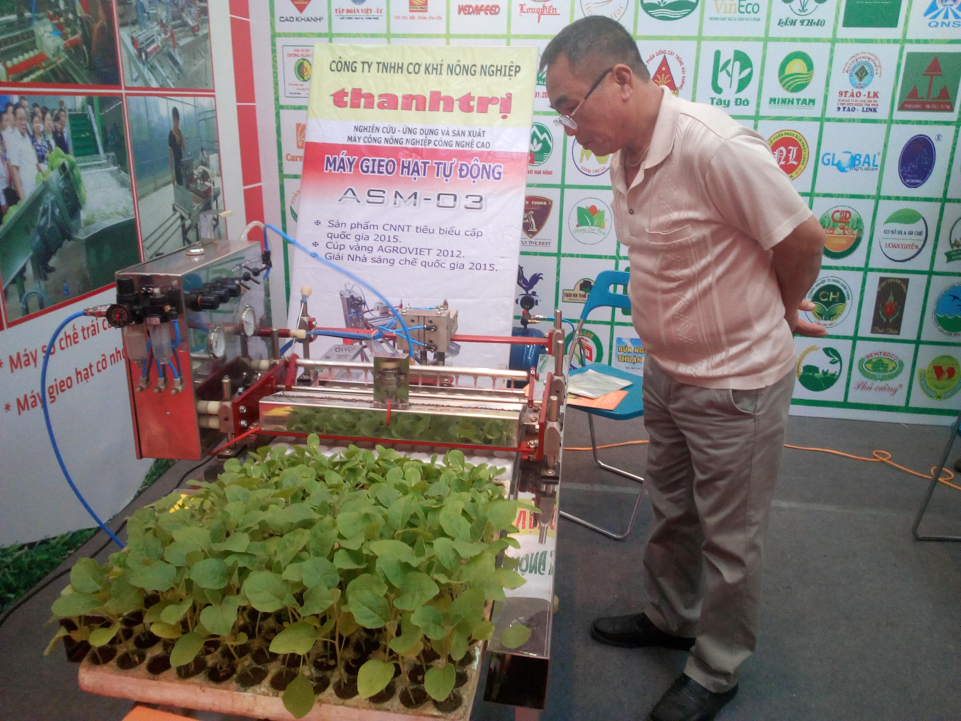 Máy gieo hạt tự động thế hệ mới ASM 03 tại Triển lãm quốc gia về thành tựu 10 năm thực hiện Trung ương 7 khóa X về nông nghiệp, nông dân, nông thôn tháng 11/2018. Hiện giá bán trên thị trường của thiết bị này là 45 triệu đồng/máy, chỉ bằng 1/2-1/3 so với thiết bị nhập ngoại của Trung Quốc hay Thái Lan. Ảnh: Đoàn Dung
