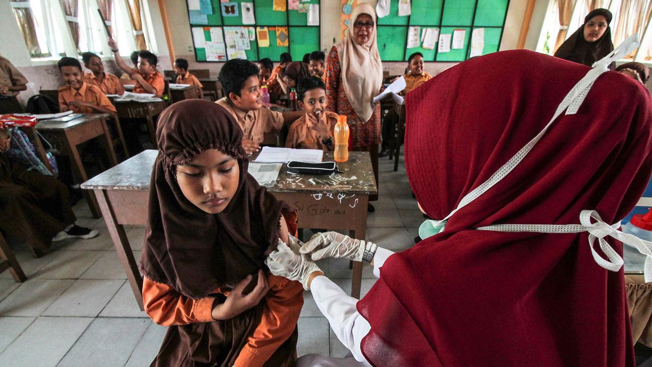 Học sinh đang được tiêm chủng phòng sởi và rubella ở một trường học tại Aceh, Indonesia, nơi tỷ lệ tiêm chủng đến giờ mới chỉ đạt 8%.