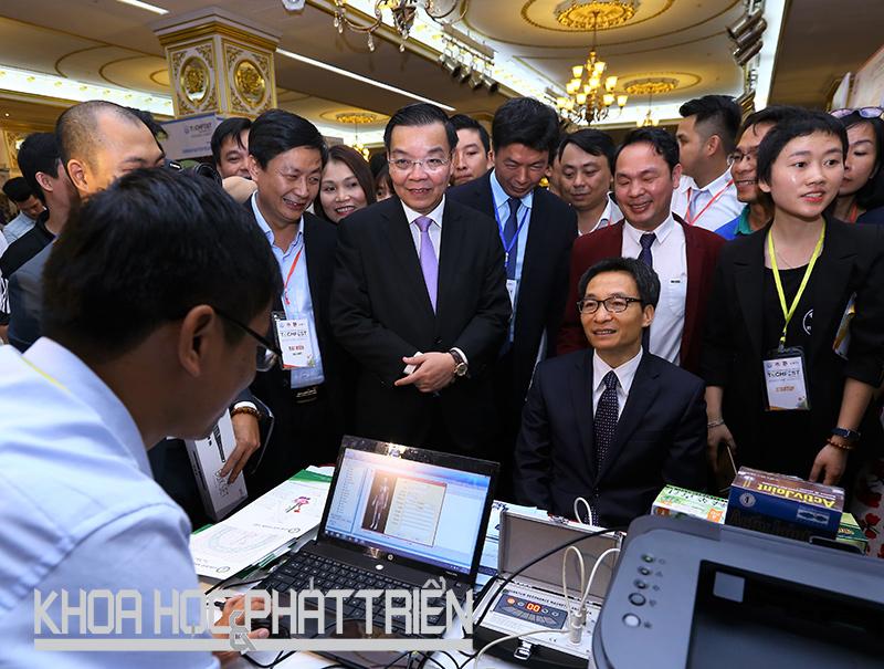 Phó Thủ tướng Vũ Đức Đam và Bộ trưởng Bộ KH&CN Chu Ngọc Anh tham quan các gian hàng.