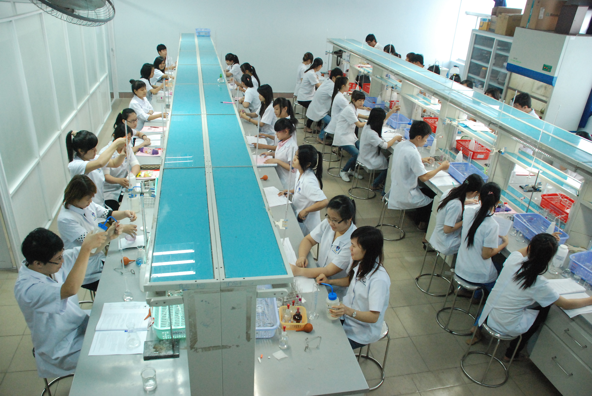 Sinh viên ngành Dược, Đại học Nguyễn Tất Thành, trong giờ thực hành tại phòng thí nghiệm của trường. Ảnh: ntt.edu.vn