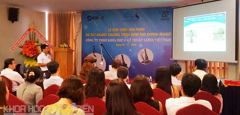 Ông Huỳnh Thiện Vương giới thiệu về công nghệ và thiết bị laser vi điểm
