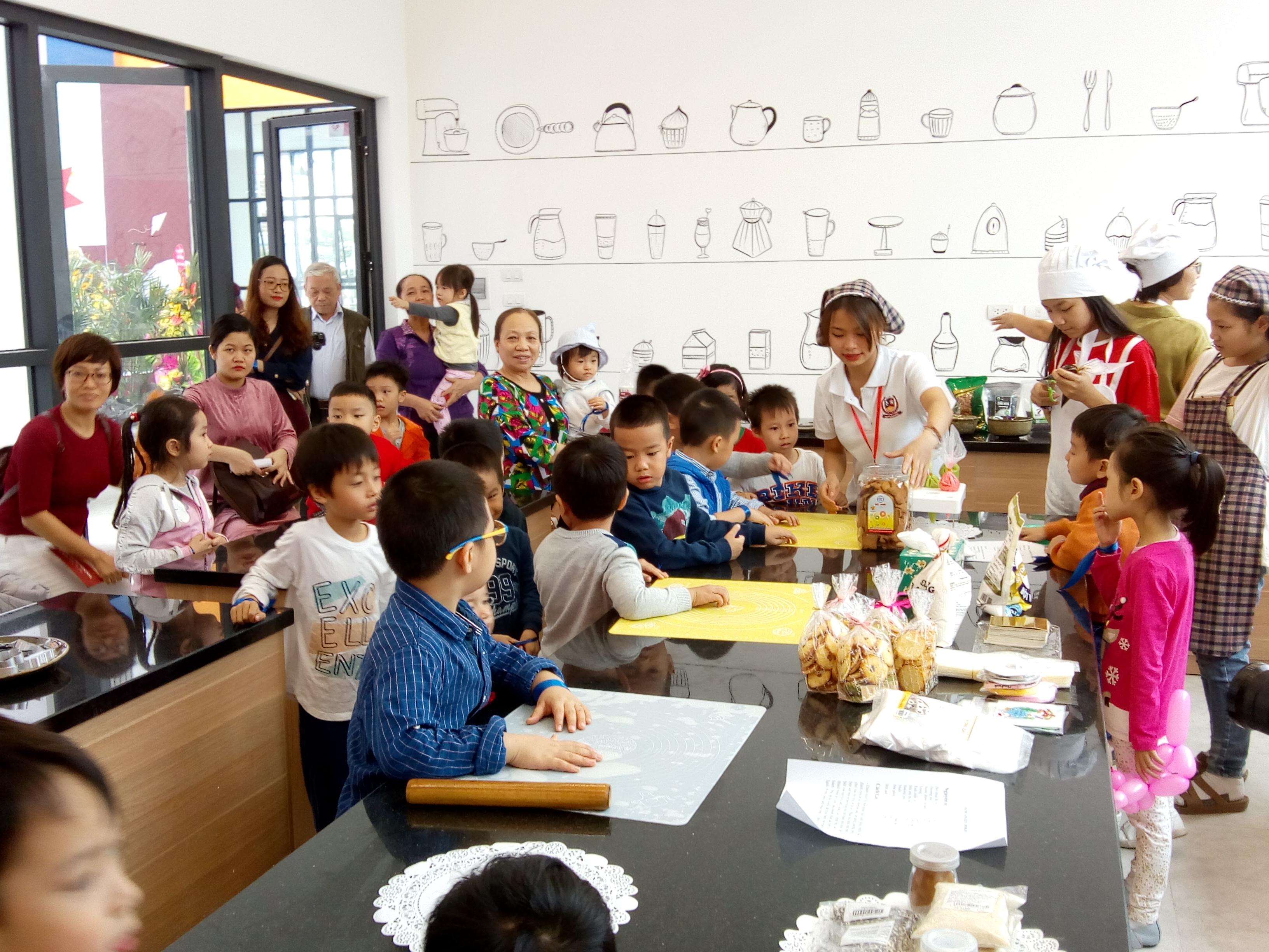 Các bạn nhỏ tham gia làm bánh tại phòng học nấu ăn trường Vietschool Pandora