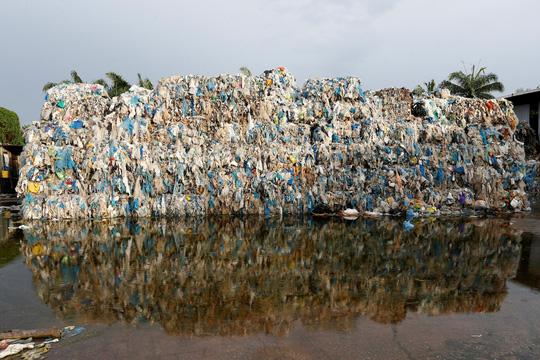 Chất thải nhựa bên ngoài một cơ sở tái chế ở thị trấn Jenjarom, bang Selangor - Malaysia.Ảnh: Reuters