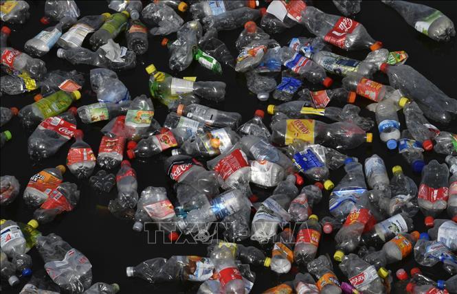 Rác thải nhựa trôi trên sông Spree ở Berlin, Đức ngày 26/9/2018. Ảnh: AFP