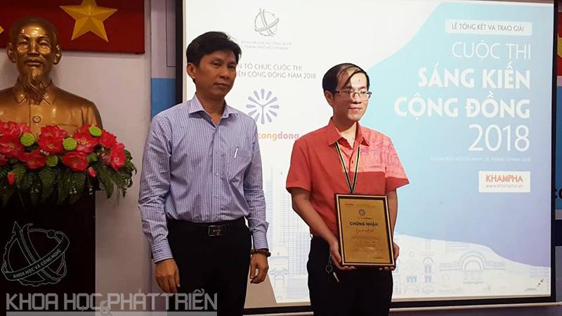Ông Nguyễn Việt Dũng - Giám đốc Sở KH&CN TPHCM trao giải Nhất cho thầy giao Nguyễn Thiên Phúc