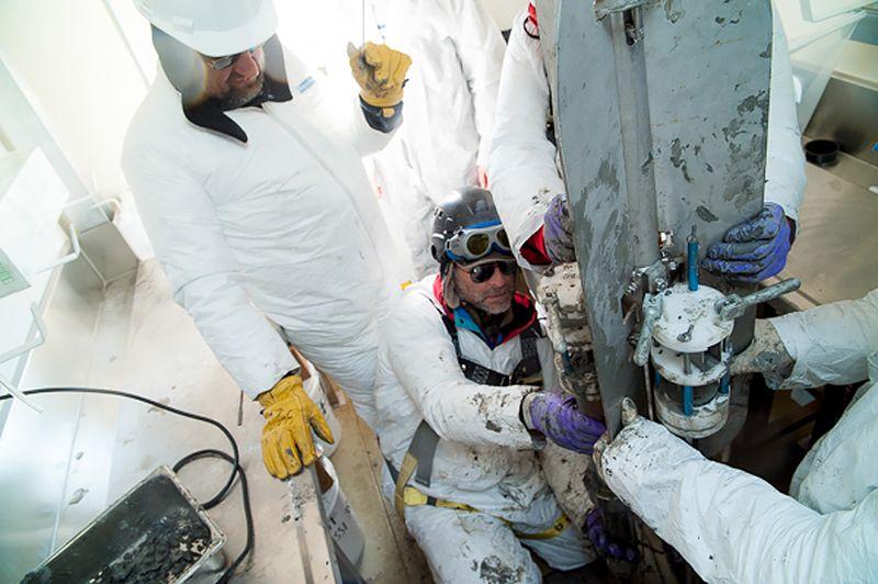 Các nhà nghiên cứu lấy mẫu trầm tích từ đáy hồ Whillans năm 2013. Ảnh: Thomas