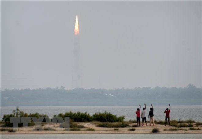 Tên lửa đẩy PSLV-C43 mang theo vệ tinh quan sát HysIS rời bệ phóng từ Trung tâm vũ trụ Satish Dhawan (SDSC), đảo Sriharikota, ngoài khơi vịnh Bengal ngày 29/11/2018. (Ảnh: AFP/TTXVN)