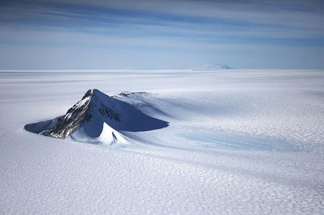 Các nhà khoa học vừa tìm ra một hồ nước cực lớn nằm sâu dưới lớp băng ở Nam Cực.
