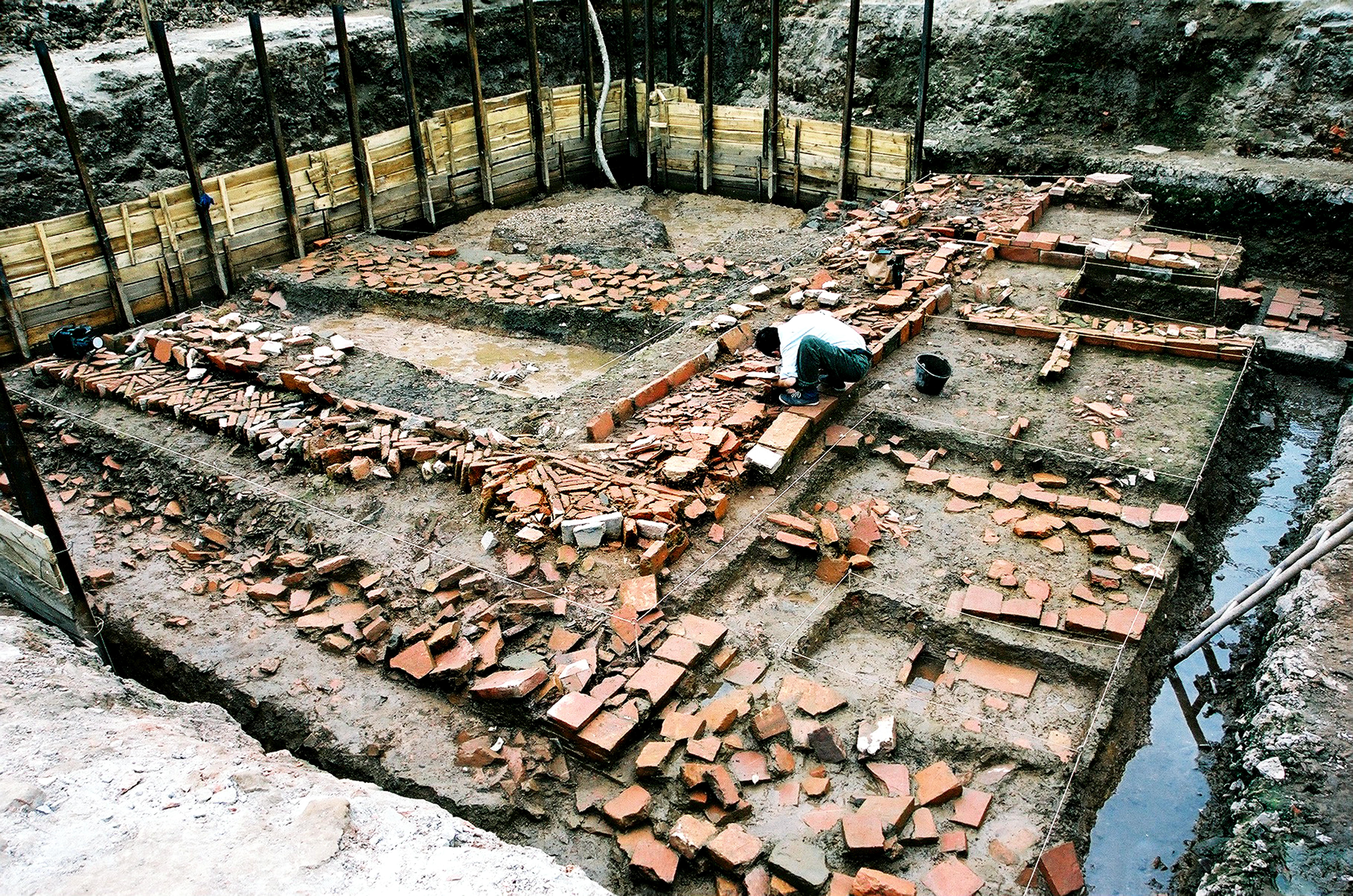 Gạch xếp hình hoa chanh được nhà Trần sử dụng để lát đường (có ý kiến cho rằng hình hoa chanh trang trí chân tường) trong Cấm thành (Khu D). Lối đi được lát bằng gạch vuông ở phía trên ảnh cũng vào thời Trần nhưng ở giai đoạn sớm hơn. Ảnh: Viện Khảo cổ học (2005).