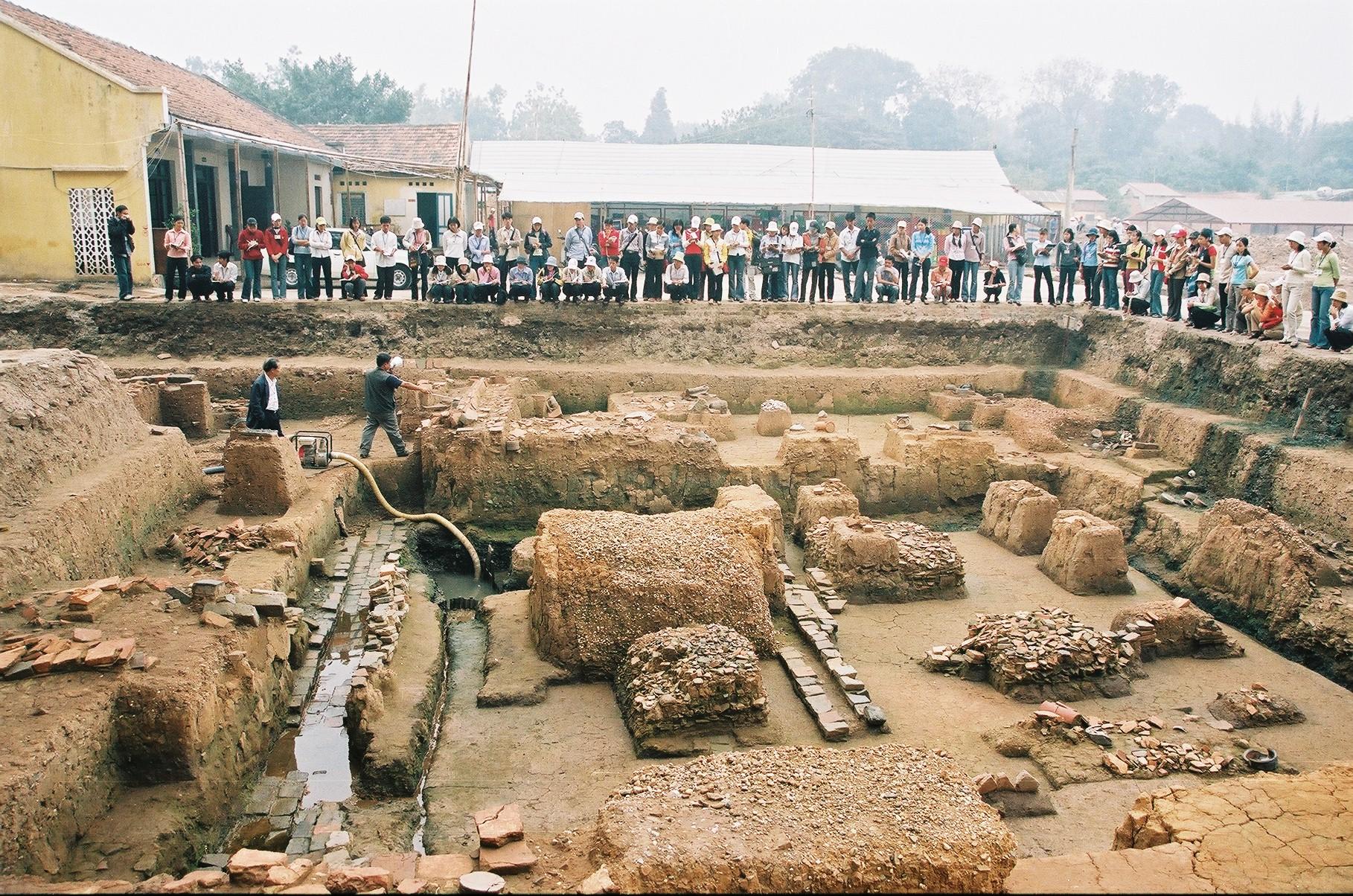 Sinh viên đại học nghe nhà khảo cổ học Nguyễn Tiến Đông giới thiệu những di tích thời Lý - Trần (Khu A). Ảnh: Viện Khảo cổ học (2004).