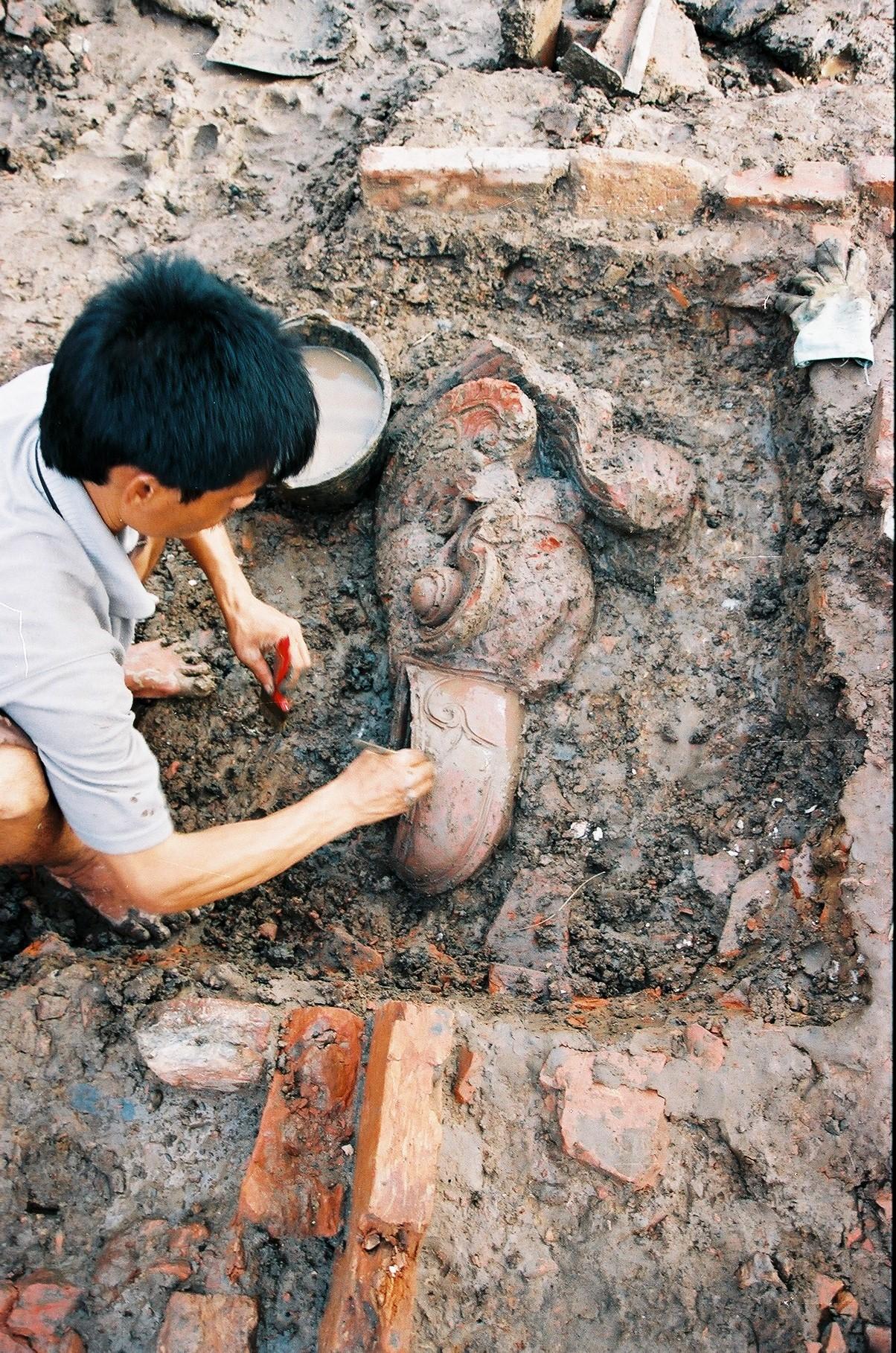 Đầu chim phượng được phát hiện tại vị trí khai quật. Ảnh: Viện Khảo cổ học (2003).