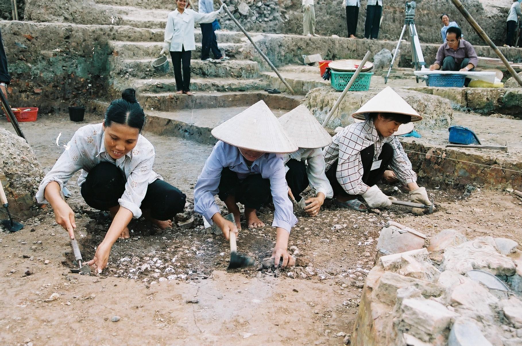 Hố khai quật được đào sâu ở giai đoạn đầu của cuộc khai quật. Trong ảnh là một khoảng sân được lát bằng vỏ sò (Khu B). Ảnh: Viện Khảo cổ học (2003).